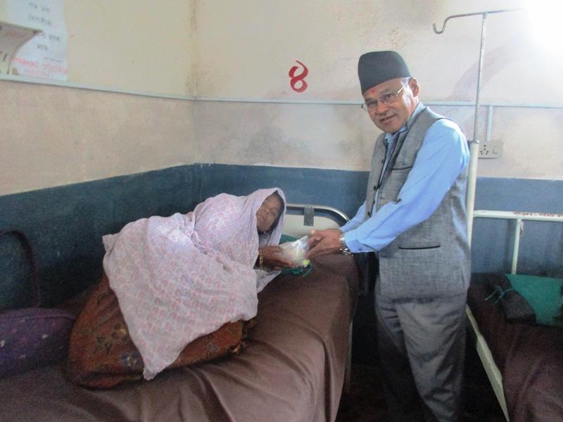 श्रमिक दिवसको अवसरमा अस्पतालका बिरामीलाई फलफुल बितरण